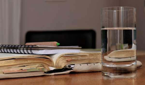 Стакан воды, блокнот, карандаш