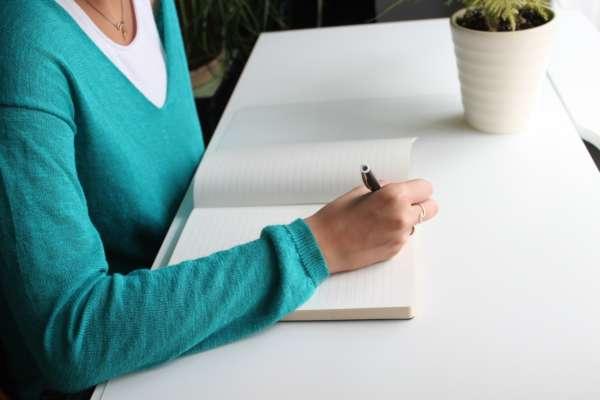 Девушка начинает писать