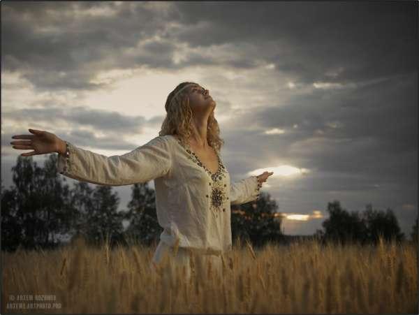 Девушка молится солнцу