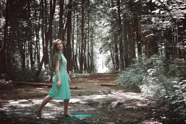 Девушка в зелёном платье