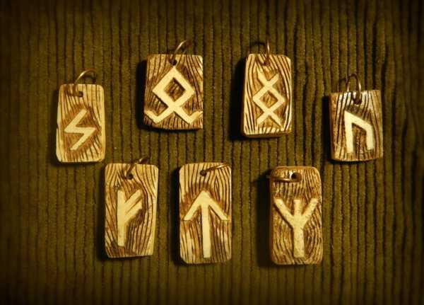 рунические символы на дощечках